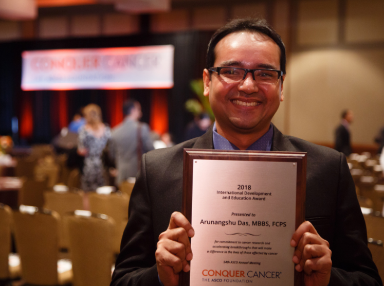 Dr. Arunangshu Das with his IDEA award at the 2018 ASCO Annual Meeting
